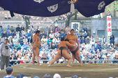 Two sumo fight in Yasukuni Shrine in sumo spring tournament — Stock Photo