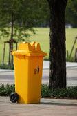 Basura puede amarillo en el parque — Foto de Stock