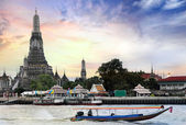 Long tail motor boat cruise in front of Wat Arun in Chaopraya river — Stock Photo