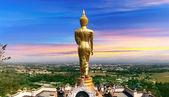 Buda de pie en una montaña, provincia de nan, tailandia — Foto de Stock