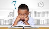 Jeune garçon fatigué de lecture — Photo