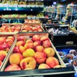 Peaches and figs at the grocery store — Stock Photo