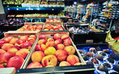 Peaches and figs at the grocery store — Stok fotoğraf