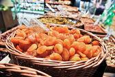 Diverse trockenfrüchte in taschen — Stockfoto