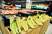 Bananas at the grocery store — Stockfoto