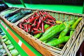 Czerwony & zielony pieprz w sklepie — Zdjęcie stockowe