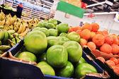Zielony pomelo w polach w supermarkecie — Zdjęcie stockowe