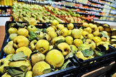 Bunch of yellow quince in supermarket. Wide angle shot — Foto de Stock