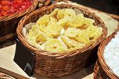 сладкие кусочки сушеных ананасов — Стоковое фото