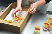 Confectioner prepares jelly cake — Stock Photo