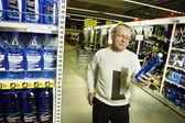 Man doen winkelen in een supermarkt — Stockfoto