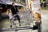 : vader en dochter doen winkelen — Stockfoto