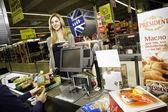 Vrouw doen winkelen in een supermarkt — Stockfoto