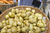 Sale of new potatoes — ストック写真