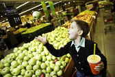 Boy buy apples — Stock Photo