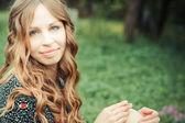 草の上に座って幸せな女 — ストック写真