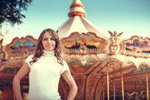 красивая девушка в осенний парк — Стоковое фото