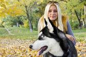 Güzel bir kız ile köpek — Stok fotoğraf