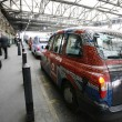 Постер, плакат: London Taxi at London Bridge Station