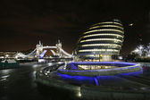 City hall in london und der tower bridge bei nacht — Stockfoto