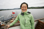 Kadın bir tur tekne, göller bölgesi — Stok fotoğraf