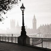 Heavy fog hits London — Stock Photo