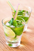 Mojito içmek kokteyl masada — Stok fotoğraf