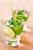 Verre de mojito cocktail sur la table — Photo