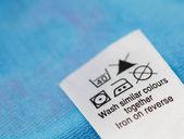 Giysi etiketi ile Çamaşırhane bakım talimatları — Stok fotoğraf