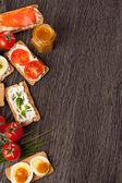 Arrière-plan de bordure aliments savoureux canapés — Photo