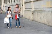 Jeunes femmes dans la ville après le shopping — Photo