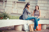 счастливая молодая женщина питьевой — Стоковое фото