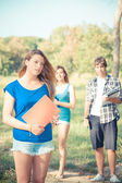 年轻的女学生在公园 — 图库照片