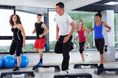 Aerobic-kurs in einem fitness-studio — Stockfoto