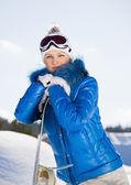 молодая женщина, стоя с сноуборд в ее руке — Стоковое фото