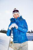 Bella giovane ragazza in piedi con snowboard in mano — Foto Stock