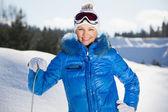 Ung kvinna står med snowboard — Stockfoto