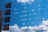 Reflétant le ciel en verre du bâtiment administratif — Photo