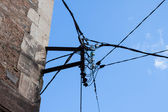 Elektrische linie auf die alte hauswand — Stockfoto