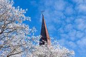 Wyblakły katolicki krzyż na śnieg drzewa — Zdjęcie stockowe