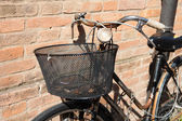 Vintage Bicycle Leaning against a Stone Wall — Stockfoto