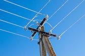 Linee elettriche, grondante di ghiaccioli contro il cielo blu — Foto Stock