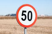 在农村设置的速度限制标志 — 图库照片