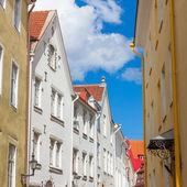 Narrow street in the old town of Tallinn city — Stock Photo