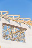 Nové bytové výstavby domů rámování proti modré obloze — Stock fotografie