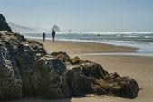 Pai filha caminhada na praia — Fotografia Stock