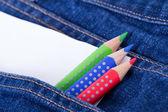 彩色铅笔和口袋里的空白纸张 — 图库照片
