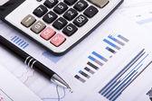 Finanziarie diagrammi e grafici sul tavolo di affari — Foto Stock