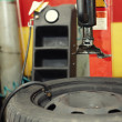 Changing a tire in a garage - Foto Stock