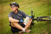 Biker with map — Stockfoto